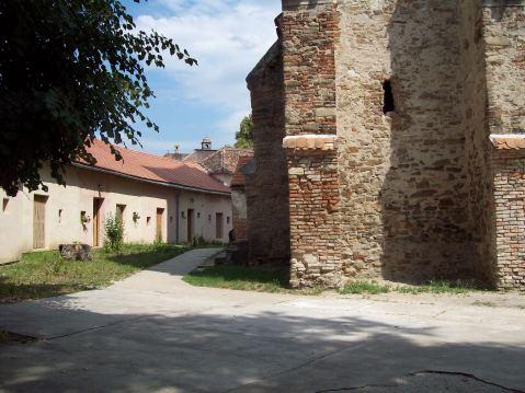 Biserica fortificata din Axente Sever curte interioara