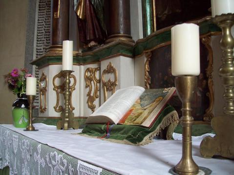 Biserica fortificata din Axente Sever interior- candele